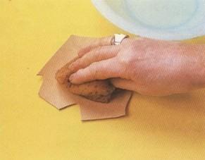 Con una esponja se humedece con agua la superficie del cuero, toda y de manera uniforme.