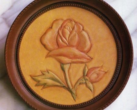 Repujado en cuero de una flor