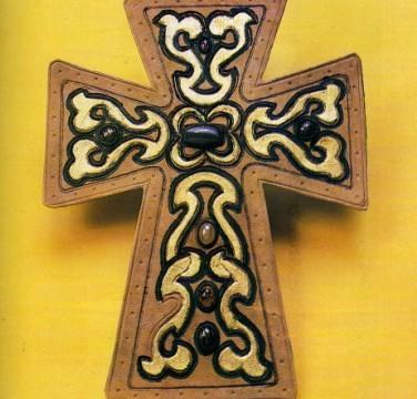 Cruz medieval de cuero con incrustaciones
