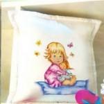 Almohadon decorado: Niña con muñeca